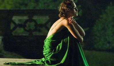 """Okrzyknięta najwspanialszą kreacją filmową - zielona suknia Keiry Knightley z filmu """"Pokuta"""" - trafiła pod młotek w internetowym domu aukcyjnym."""