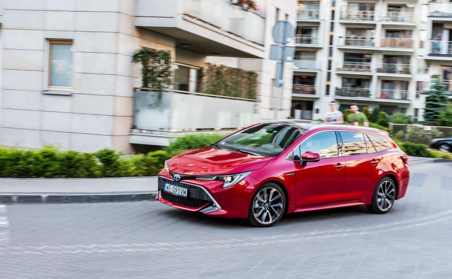 Cena? Toyota Corolla TS Kombi 2.0 Hybrid e-CVT Executive kosztuje w Polsce ok. 130 tys. zł. Jeśli porównać ją z bogato wyposażoną ofertą innych marek, to japońskie auto wypada korzystnie
