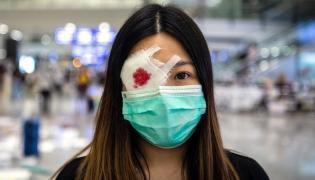 Jedna z demonstrujących na lotnisku w Hongkongu