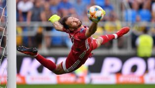 Bramkarz Arki Gdynia Pavels Steinbors, podczas meczu 5. kolejki piłkarskiej Ekstraklasy z Lechem Poznań