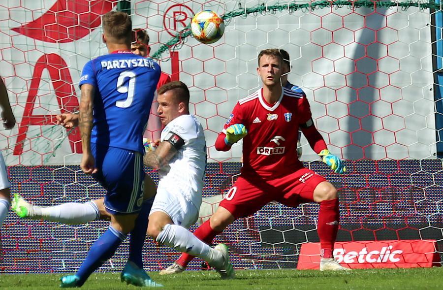 Zawodnik Piasta Gliwice Piotr Parzyszek (L) i Thomas Dahne (P) z Wisły Płock podczas meczu 5. kolejki piłkarskiej Ekstraklasy w Gliwicach