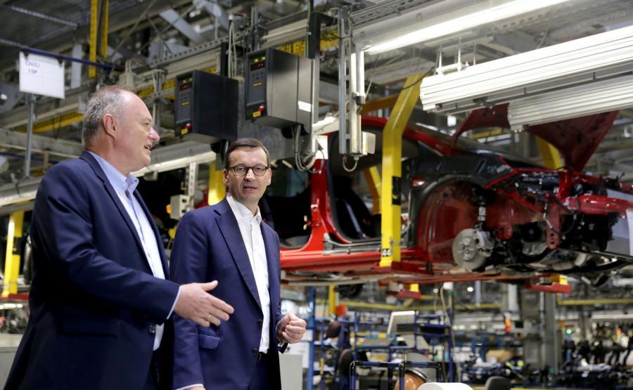 Dyrektor generalny PSA Manufacturing Poland Andrzej Korpak i premier Mateusz Morawiecki