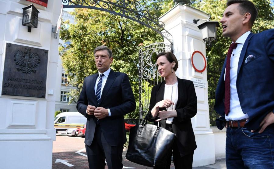 Posłowie PO przed gmachem ministerstwa