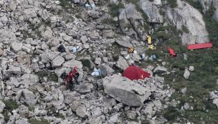 Ratownicy TOPR przed Jaskinią Wielką Śnieżną w Tatrach