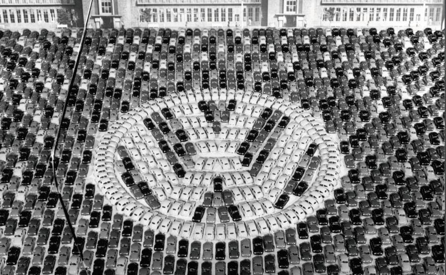 Logo VW ułożone w 1955 roku w Wolfsburgu z okazji wyprodukownia 1 mln Garbusów