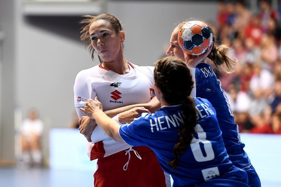 Polka Monika Kobylińska (L) oraz Kristianna Henneberg Joensen (C) i Durita Christophersen Jojić (P) z Wysp Owczych podczas pierwszego meczu eliminacyjnego grupy 7 do mistrzostw Europy 2020 piłkarek ręcznych