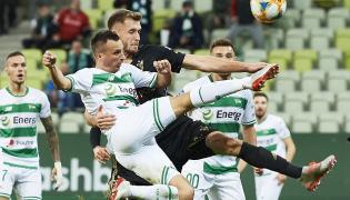 Zawodnik Lechii Gdańsk Sławomir Peszko (przód) i Paweł Bochniewicz z Górnika Zabrze podczas meczu 13. kolejki piłkarskiej Ekstraklasy