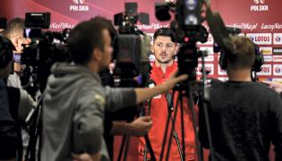 Napastnik piłkarskiej reprezentacji Polski Dawid Kownacki podczas spotkania z mediami
