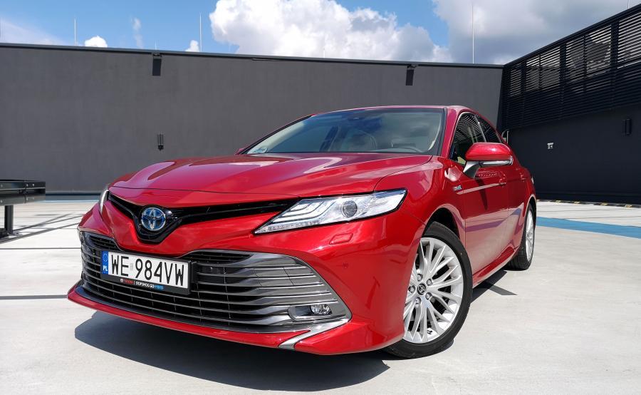 """Toyota Camry z napędem hybrydowym na europejski rynek trafia z fabryki w Japonii. W porównaniu do """"wersji amerykańskiej"""" ma o 30 proc. skuteczniejsze hamulce i bardziej sprężyście zestrojone zawieszenie, które nadal zapewnia komfort"""