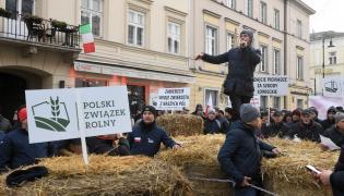 Lider AGROunii Michał Kołodziejczak (C) podczas protestu rolników przed siedzibą Polskiego Związku Łowieckiego w Warszawie