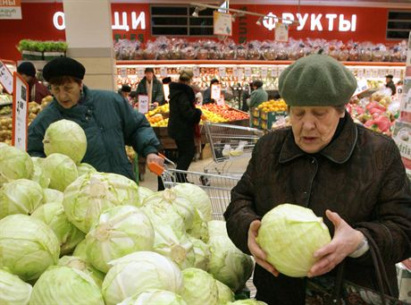 ITAR-TASS 01: MOSCOW, RUSSIA. DECEMBER 27. A woman chooses cabbage in the Ramstore shopping mall. (Photo ITAR-TASS / Marina Lystseva)Dostawca: PAP/ITAR-TASS.
