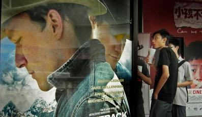 """Plakat do filmowej opowieści o zakazanej miłości """"Tajemnicy Brokeback Mountain"""" na ulicy Singapuru"""