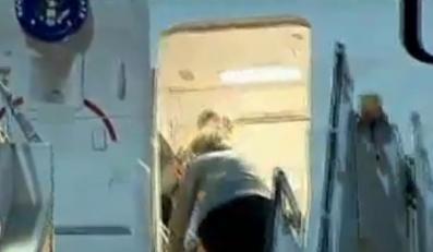 Clinton wchodzi do samolotu. Przykry upadek