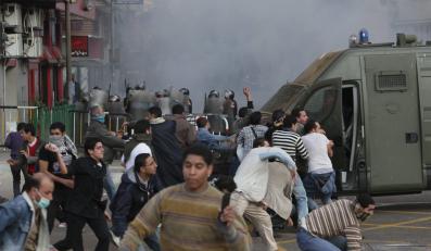 Demonstranci podpalili budynek rządowy w Suezie