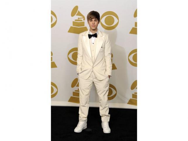 """Młodziutki Justin Bieber w nieco """"kelnerskiej"""" odsłonie"""