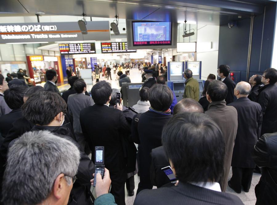 Pasażerowie na dworcu kolejowym w Tokio