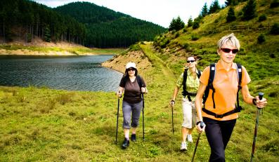 Wiosenny spacer z kijkami nordic walking poprawi kondycję i pomoże schudnąć
