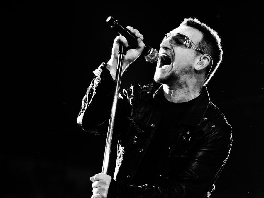 Bono pije polską wódkę i pomaga