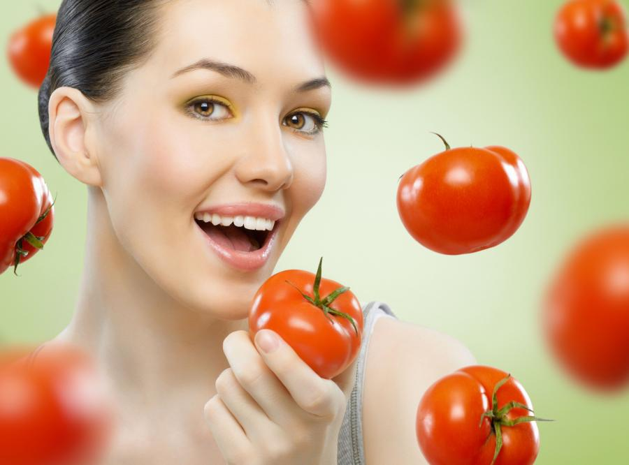 Kobieta jedząca pomidory