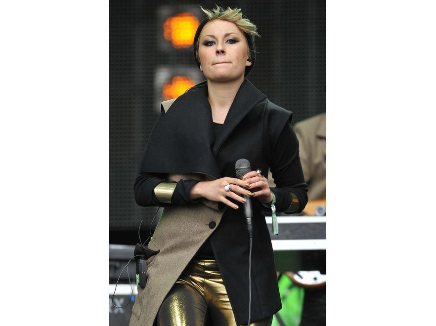 Paulina Przybysz z Sistars: asymetria, fantazyjny krój, złote legginsy, doskonale dobrany makijaż i biżuteria