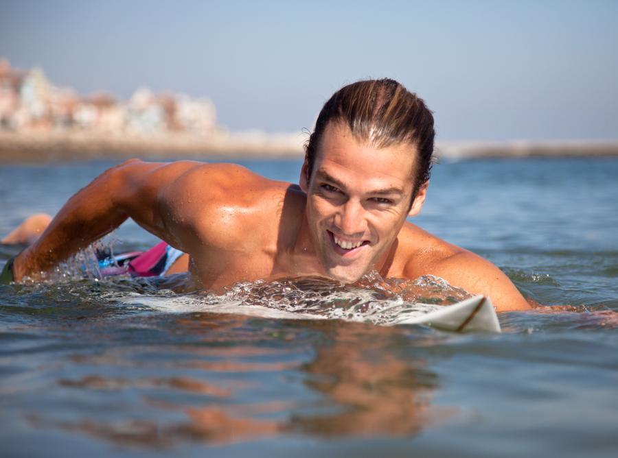 Jedną z odmian surfingu jest bodyboard, czyli ślizg na desce w pozycji leżącej