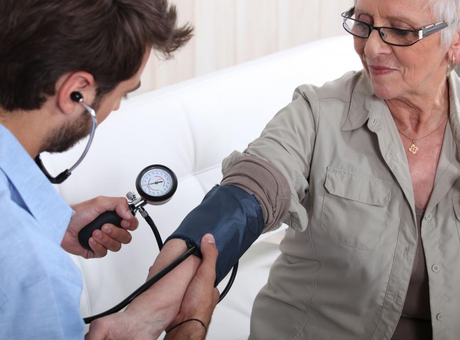 doktor lekarz senior ciśnienie badanie