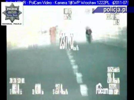Motocyklista szalał na autostradzie! Nie uwierzysz, że tak można