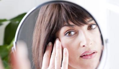 Co widzi kobieta, gdy patrzy w lustro?