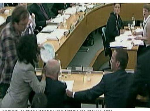 Incydent podczas przesłuchania Ruperta Murdocha i jego syna