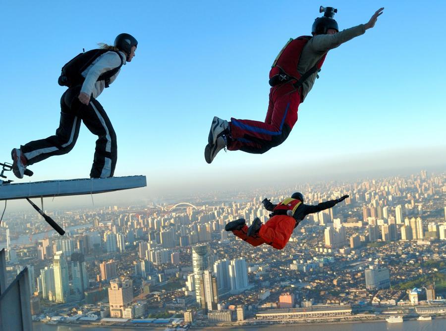 Istotną różnicę miedzy spadochroniarstwem a skakaniem BASE stanowi przyspieszenie i całkowity brak oporu wiatru na początku skoku
