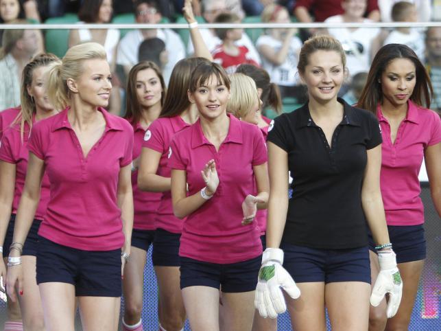 Wielki Mecz Politycy kontra Gwiazdy TVN 2011 - gwiazdy w roli cheerleaderek.