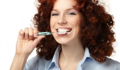 Do codziennego mycia zębów w biurze przyznaje się zaledwie 21 procent ankietowanych