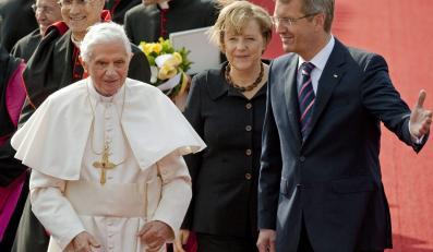Kanclerz Angela Merkel i prezydent Christian Wulff witają Benedykta XVI na lotnisku