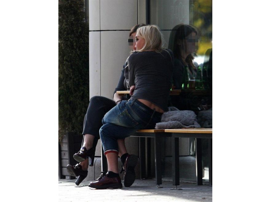 ... dlatego jej widok w butach na płaskiej podeszewie to nie lada gratka!