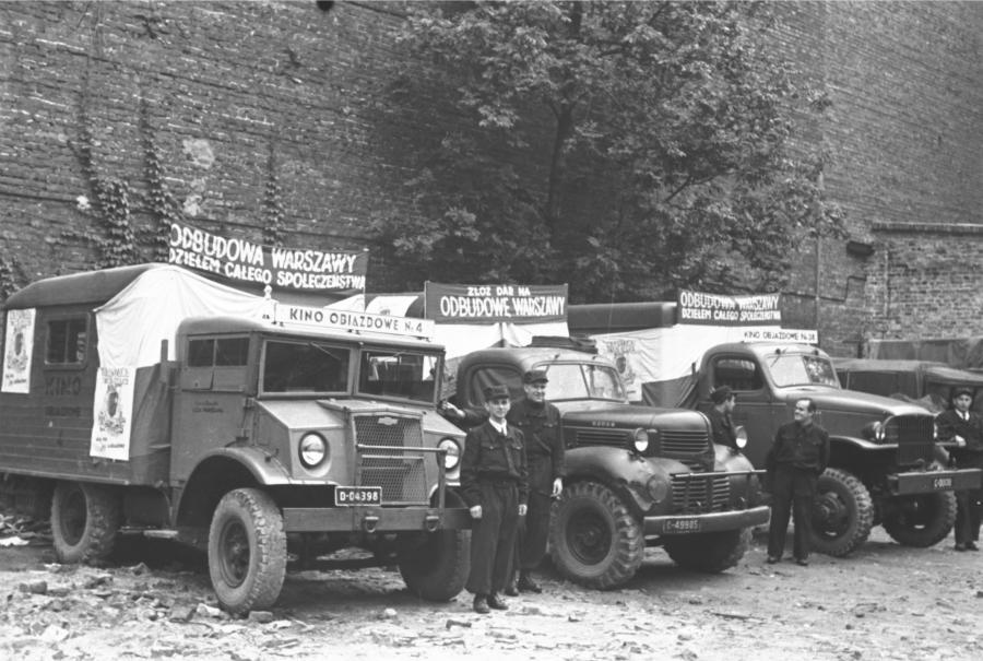 Demobilowy Chevrolet (pierwszy od lewej) w roli kina objazdowego.