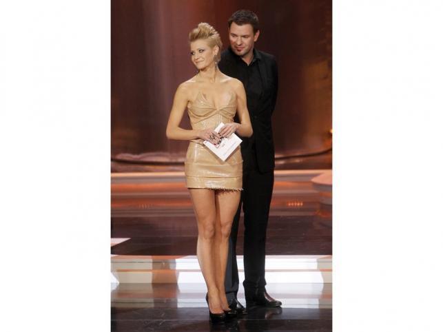 """W 2011 roku styl Małgorzaty Kożuchowskiej trochę ewoluował – gwiazda zaczęła pojawiać się w ostrzejszych i śmielszych kreacjach. Mocniejszy makijaż, spory negliż, śmiałe mini i awangardowe uczesanie – oto zmiany w jej wizerunku. Sama aktorka wydaje się nie czuć do końca pewnie w tak śmiałych stylizacjach, my jednak lubimy Małgorzatę Kożuchowską również """"na ostro""""!"""