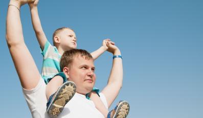 Ojciec z dzieckiem na barana