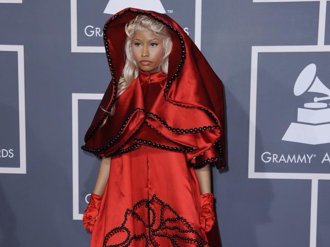 Suknię w stylu Czerwonego Kapturka zaprojektowała Donatella Versace