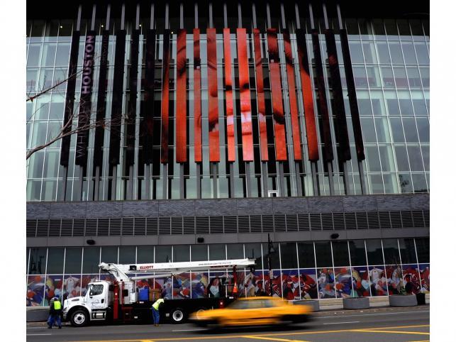 Banner z wizerunkiem piosenkarki na budynku Prudential Center w Newark. Pogrzeb Whitney Houston to najważniejsze dziś wydarzenie w USA