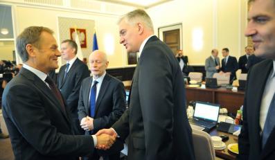 Donald Tusk wita się z Jarosławem Gowinem