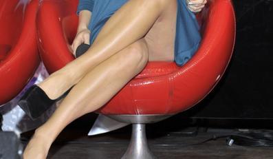 Ciężarna aktorka eksponuje nogi