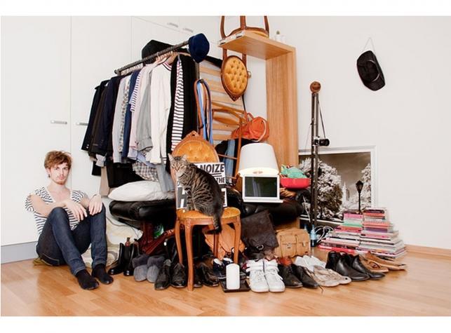 """Cały dobytek w rogu pokoju... Autorką zdjęć """"All I Own"""" jest Sannah Kvist, szwedzka fotograficzka - rocznik 1986"""