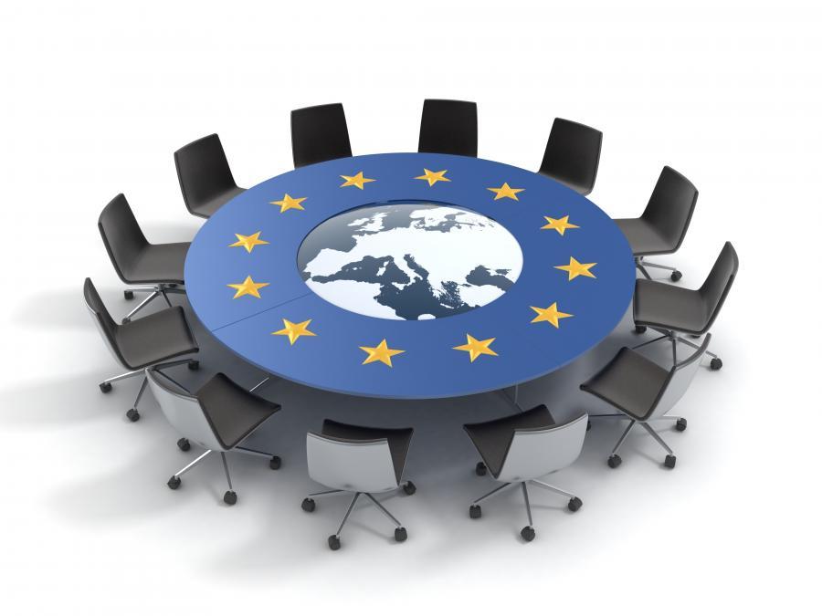 Stół z unijną flagą
