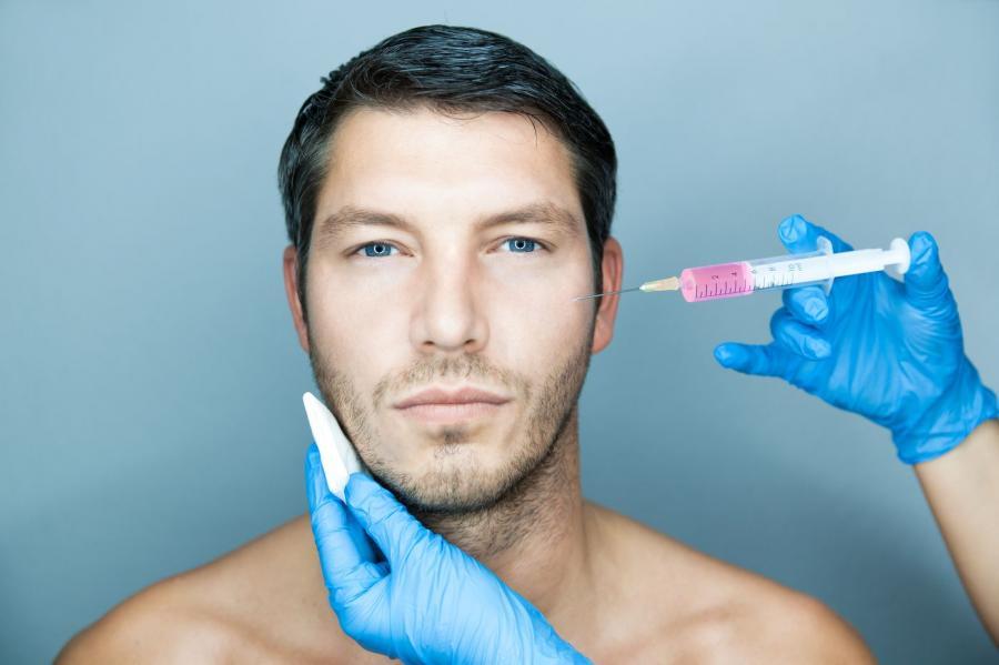 Mężczyzna podczas zabiegu wstrzykiwania toksyny botulinowej