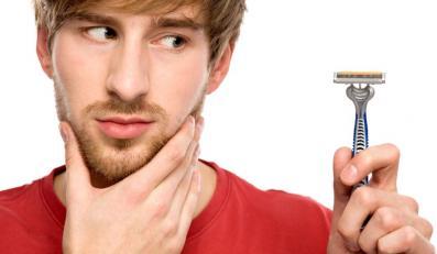 Mężczyzna z maszynką do golenia