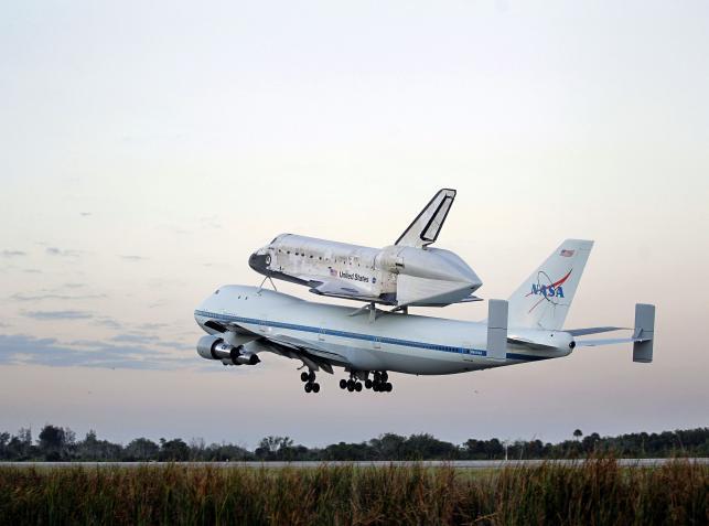Wahadłowiec Discovery na grzbiecie Boeinga