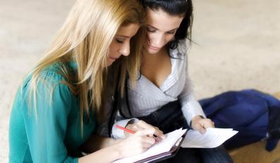 Dwie dziewczyny w czasie nauki
