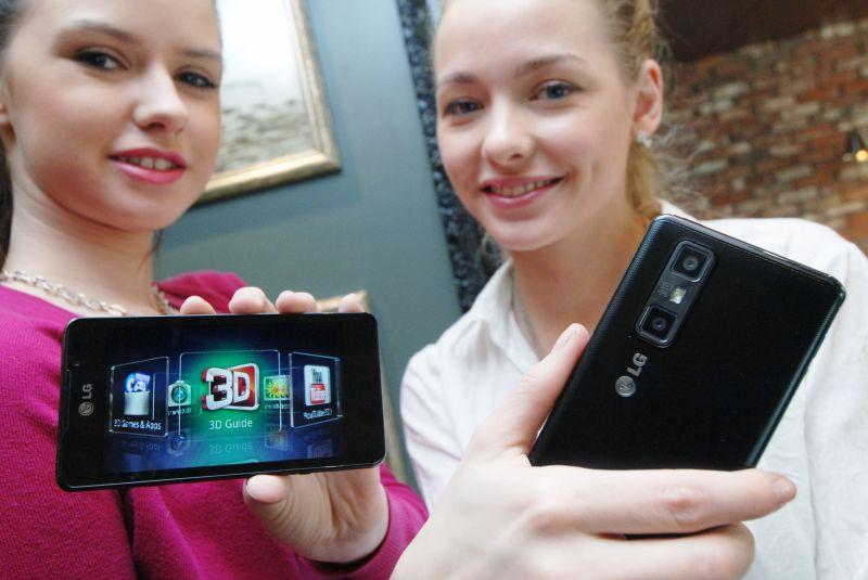 Kobiety prezentuja smartfony LG Swift 3D Max