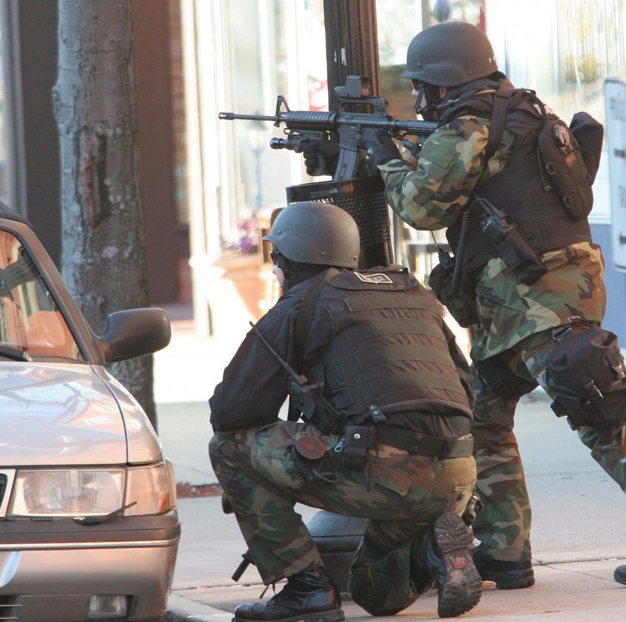 Uzbrojony mężczyzna wziął dwóch zakładników w biurze wyborczym Hillary Clinton