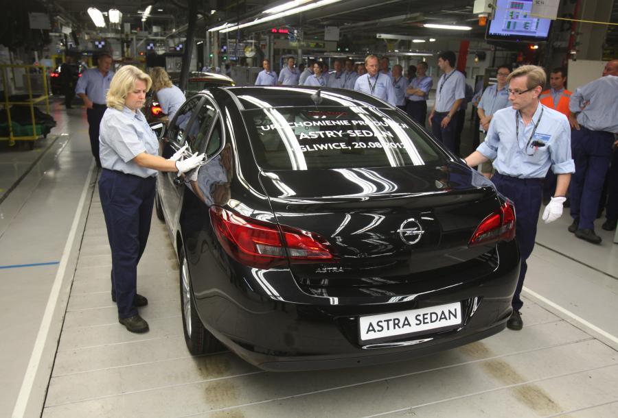 Opel astra sedan - auto jest produkowane w fabryce w Gliwicach